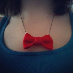 DIY Doctor Who Bow Tie Necklace. I totally need to make this for Hannah! Doctor Who Gifts, Diy Doctor, Crafts To Make And Sell, Crafts For Girls, Nerd Fashion, Diy Fashion, Cute Jewelry, Jewelry Crafts, Jewlery