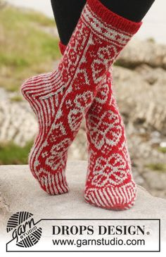 """Kärjestä varteen neulotut kuviolliset DROPS sukat """"Karisma""""-langasta. ~ DROPS Design"""