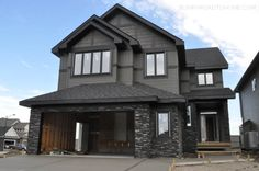 Best Exterior Paint Colours For House Dark Trim Stones Ideas Exterior Gray Paint, Black House Exterior, Cottage Exterior, House Paint Exterior, Exterior House Colors, Exterior Design, Grey Paint, Siding Colors, Exterior Paint Colors For House With Stone