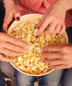 Assistir a um filme em casa pede para estourar uma pipoca, não é mesmo? E se você pudesse fazer uma pipoca temperada para sair da rotina? Veja nossas dicas para preparar a sua! Risotto, Lights, Vegetables, Ethnic Recipes, Food, Routine, Go Outside, Spices, Tips