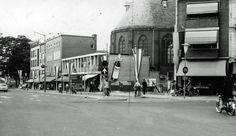 De Ir. J.P. van Muijlwijkstraat, gefotografeerd in 1961. De Evangelisch-Lutherse kerk aan de Spoorwegstraat (in 1898 in gebruik genomen) was toen nog vanaf dit standpunt voor een flink deel te zien. Tegenwoordig staat er hoogbouw voor.