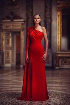 Conceived to bring dreams to life, the Atelier Versace Spring 2019 Haute Couture collection features a regal collection of sexy silhouettes and form-fitting styles. Atelier Versace, Couture Dresses, Fashion Dresses, Evening Dresses, Prom Dresses, Club Dresses, Red Gowns, Couture Collection, Winter Collection