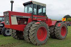 1976 International in size to the John Deere Chalmers Ferguson International Tractors, International Harvester, Vintage Tractors, Vintage Farm, John Deere 8430, Cat Farm, Case Tractors, Red Tractor, Classic Tractor