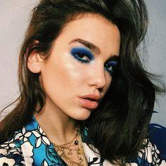 Dua Lipa Blue eyeshadow makeup ideas makeup inspiration blue makeup eye makeup EyeMakeupSimple is part of eye-makeup - eye-makeup Eye Makeup Remover, Eye Makeup Tips, Makeup Inspo, Makeup Inspiration, Beauty Makeup, Hair Makeup, Makeup Ideas, Blue Eyeshadow Makeup, Makeup For Green Eyes
