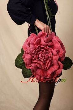 *FELT ART ~ Unusual felted handbag with flowers - Crafts Unique Purses, Unique Bags, Felt Flowers, Fabric Flowers, Puppy Backpack, Felt Purse, Flower Bag, Crochet Purses, Felt Art