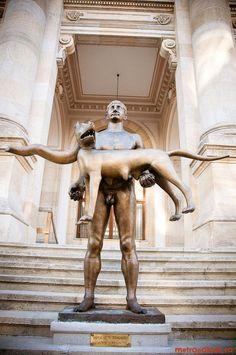 La Statua di Traiano, realizzata da Vasile Gorduz ha funzione di celebrare la sua vittoria sulla Dacia. È situata sulla scalinata d'accesso del Museo Nazionale a Bucarest. L'opera è realizzata con bronzo, lavorato a tutto tondo.