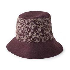 CAPPELLO ANNALISA BORDEAUX  -  Cappello in lana cotta stampata. Tesa: 7,5 cm. sul davanti e 5 cm. sul resto. Taglia unica. Circonferenza 60 cm. circa con elastico.