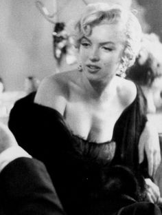 Marilyn at St James Theater press conference in the St Regis Hotel Sept 1954 Norma Jean Marilyn Monroe, Marilyn Monroe Photos, Marilyn Monroe Clothes, Gentlemen Prefer Blondes, Joe Dimaggio, Rare Images, Hilario, Norma Jeane, Janet Jackson