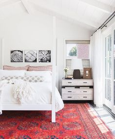 Bright rug with white bedding
