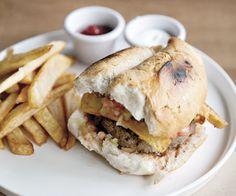 La Antojeria, en Providencia /eliodoro yañez 1049/ hamburguesa la antojeria es lo que recomiendan. Del ex chef de Puerto Fuy