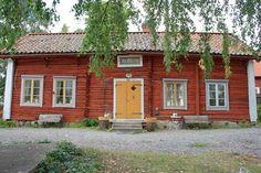 Ljusröd falu rödfärg, ockragula fönsterbågar och grå foder. Vackert!