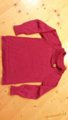 Bezešvý svetr pletený od krku.