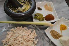 Lemper ajam; kleefrijstrolletje gevuld met kip | Lekker Tafelen