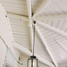 Tämä upea kattorakenne on vastikään remontoidun Puotilan Kartanon lasikuistilta. Upeassa kartanorakennuksessa on tarjolla normihintainen ja aikamoisen hyvälaatuinen buffetlounas näin kesäaikaankin. Kannattaa ehdottomasti käydä tutustumassa jo pelkän miljöönkin takia! #rakennusperintölounas #lautasettäyteen #porsasbuffetissa #perinnekatto #rakennusperintö #perinnerakentaminen #byggnadsvård #gamlahus #vanhatalo