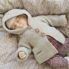 • A l v a s  H o o d i e •     .....there's nothing like a sleeping baby    #hjemmestrik #strikkemamma #instaknit #babystrik #striktilbaby #babyknits   #myniece #sleepingbaby #knitting_inspiration #knitted_inspiration #alvashoodie #northernchild_knits  @goldenghetto ❤