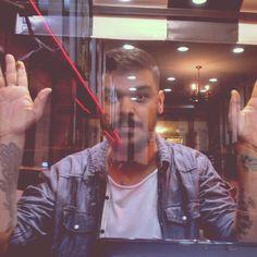 Já te vejo brincando, gostando de ser Tua sombra a se multiplicar Nos teus olhos também posso ver As vitrines te vendo passar #chicobuarque #asvitrines #todechico #tattoo #instabeard #beard