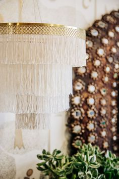 DIY boho Fringe Chandelier (Justina Blakeney - The Jungalow) Diy Chandelier, Chandeliers, Bathroom Chandelier, Handmade Home Decor, Diy Home Decor, Room Decor, Diy Luminaire, Boho Lighting, Outdoor Lighting