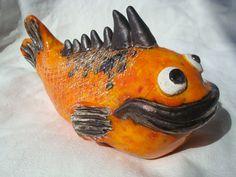 Gros poisson qui-pique plutôt sympathique, céramique animalière humoristique. en vente ici: http://www.alittlemarket.com/art-ceramique/fr_poisson_ceramique_decoratif_coloris_orange_et_noir_metallique_-15311261.html