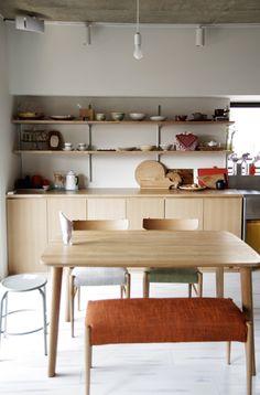 我們看到了。我們是生活@家。: EIGHT DESIGN將原本的小廚房翻修成開放式且成為家的中心!