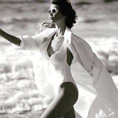 Summer wind through Claudia Schiffer's inspiring beach look. (: Marco Glaviano) #MondayMuse #EresParis #EresInspired #SummerLight #BlackAndWhite #BestPractice #Beachwear