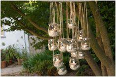 lampion-bougie-en-forme-de-lustre-a-faire-avec-pot-en-verre-de-recup. Outdoor Chandelier, Candle Chandelier, Outdoor Lighting, Chandelier Ideas, Lighting Ideas, Hanging Candles, Wedding Lighting, Hanging Lights, Hanging Jars