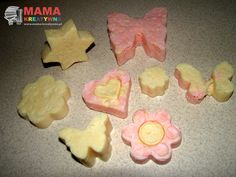Kolorowe, pachnące, praktyczne - mydełka na prezent mogą się stać idealnym pomysłemna zbliżający się Dzień Babci.     W łatwy sposób można samodzielnie przygotować takie mydełka na prezentoróżnych kształtach, kolorach, zapachach. Wystarczą foremki (ja użyłam takich do pierników), garnki, tarka i mydła