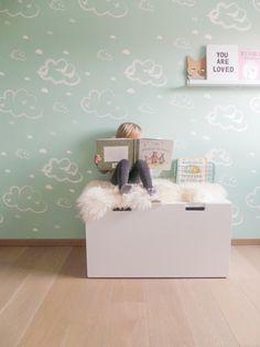Behang Rough clouds pastelgreen Roomblush Behang wolken pastel groen van Roomblush. Ontdek hier de SWEET! wallpaper collectie van Roomblush. Een speelse collectie, een eyecatcher op je muur. Voor in de kinder, speel, slaap, werk-kamer of gewoon waar jij dat wil! Dit vliesbehang bestaat uit 4 banen van 50 cm breed x 285 cm hoog. Stalen aanvragen kan, max. 4 stuks, via info@roozje.nl  Levertijd: 5-12 werkdagen Behang wolken woljes kinderkamer babykamer mint groen mintgroen