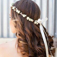 Aiin, quem resiste a um cabelo simples e lindo desse jeito!  Esse veio lá do @penteados_luxos,  um ig muito bacana pra vc escolher o seu penteado do grande dia.  E a dica da noite é: Você mesma pode fazer sua coroa de flores e arrasar em um casamento no campo ou na praia! Se joga no craft!