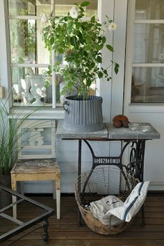 HWIT BLOGG: Vilken veranda! ▇  #Vintage #Home #Decor  via - Christina Khandan  on IrvineHomeBlog - Irvine, California ༺ ℭƘ ༻