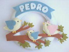 Enfeite para porta de maternidade com família de passarinhos e plaquinha em feltro personalizada com o nome do bebê. R$ 167,90