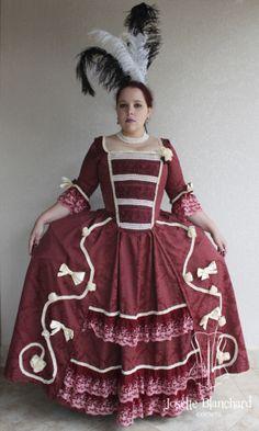 Vestido Rococó em brocado vinho com corset embutido, com detalhes em aviamentos, rendas e laços cor vinho e creme. Site: http://www.josetteblanchardcorsets.com/ Facebook: https://www.facebook.com/JosetteBlanchardCorsets/ Email: josetteblanchardcorsets@gmail.com josetteblanchardcorsets@hotmail.com