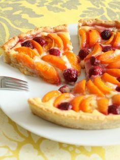 Recette tarte aux abricots et aux framboises par Made In : Une bonne tarte avec des fruits de saison..Ingrédients : framboise