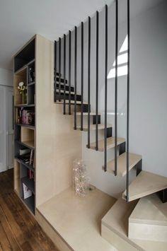 En bois clair et dynamisée par un garde corps moderne gris et original, la déco intérieure ne manque pas de style tout en assurant la sécurité dans les escaliers