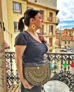 Crochet In Love By Marta 🌺 sur Instagram: Coucou 🥰 . Ça fait bien longtemps que je n'ai pas posté par ici 😱🙈 . Voici la très belle Carla, avec son magnifique sac en demie lune, le…