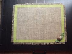Jogo americano em juta, com aplicação de mini tulipa, tecido pré-lavado. LAVAR À MÃO R$ 15,00