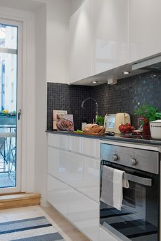 Dark grey mosaic tiles in a white kitchen. This new look is really becoming popular! Kitchen Interior, New Kitchen, Kitchen Dining, Kitchen Modern, Dinning Room Bar, Dining Area, Grey Mosaic Tiles, Cocinas Kitchen, Interior Design Boards