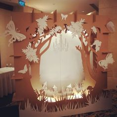 декорации из картона Cardboard City, Cardboard Crafts, Paper Crafts, Diy Crafts, Birthday Backdrop, Paper Artwork, Window Design, Event Design, Paper Flowers
