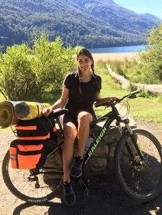 7 lagos en Bicicleta - Información y consejos   Un Mundo ahí Afuera Carp, Lakes, Woman, World, Stone Cottage Homes, Backpacking, Bicycles, Tips