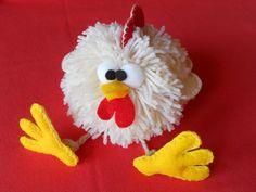 Coccodè - Gallinella realizzata con un pompon di lana e dettagli in pannolenci Christmas Pom Pom Crafts, Christmas Ornaments, Craft Gifts, Diy Gifts, Crafts To Make, Crafts For Kids, Pom Pom Rug, Pom Poms, Pom Pom Animals