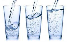 Recomendação sobre a ingestão de água - Nutrição e Beleza Recomendação sobre a ingestão de água mineral em garrafa. Quantos devemos ingerir por dia? 2 litros é uma recomendação mínima.