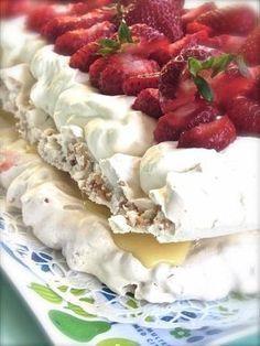 Tänkte dela med mig av den bästa sommartårtan ever. En tårta jag bakat många gånger och aldrig kan bli fel. Lätt att baka och förvara och förbereda dessutom. Allt på samma gång. Till dotterns… Swedish Recipes, Sweet Recipes, Baking Recipes, Dessert Recipes, Sweet Pastries, Bagan, Piece Of Cakes, Pavlova, Rice Krispies