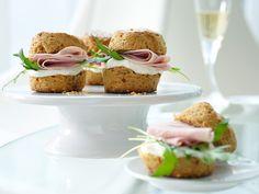 Chili-Cheddar-Brötchen mit Frischkäse und gekochtem Schinken fein belegt | Kalorien: 204 Kcal - Zeit: 45 Min. | http://eatsmarter.de/rezepte/chili-cheddar-broetchen