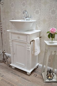 """Meije"" Landhaus- Waschtisch von Badmöbel-Landhaus, Land und Liebe ""Meije"" country-style washbasin of bathroom furniture-country house, land and love Bathroom Vanity Units, Bathroom Furniture, Master Bathroom, Romantic Bathtubs, Victorian Bathroom, Country Style Homes, Bath Decor, Dream Decor, House Styles"
