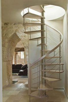 escalera caracol diseño blanca bonita de madera y hierro