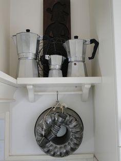 Oude espresso percolatoren, brocante bakvorm en spuitmondjes, en een hele oude speculaasplank, made by MJ
