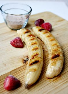 Cinnamon Sugar Grilled Bananas - Can you say delicious? Healthy and tasty dessert. Healthy Desserts, Just Desserts, Delicious Desserts, Dessert Recipes, Yummy Food, Dessert Ideas, Healthy Foods, Healthy Recipes, Bon Dessert