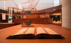 Vista do primeiro andar da exposición co repertorio de puntillas de encaixe de Miñones (Camariñas) en primeiro termo.  Foto: Manuel G. Vicente.