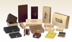 Sie entscheiden ob es eine Holzschatulle mit Klappdeckel, eine Holzschachtel mit Stülpdeckel oder eine Holzkassette mit Schiebedeckel wird. Die gebeizte und oder lackiert Oberfläche, erlauben ein Höchstmaß an Exklusivität gepaart mit einem im Sieb-, Brand oder Prägedruck spricht die Holzkiste für sich. Usb Flash Drive, Coffee, Drinks, Bags, Cassette Tape, Wooden Crates, Packaging, Products, Kaffee