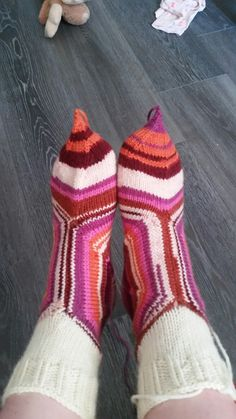 31/2018 Hipsulaisen karuselli sukat Handicraft, Fashion, Crochet Slippers, Spats Shoes, Craft, Moda, Fashion Styles, Arts And Crafts, Fashion Illustrations
