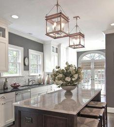 cuisine taupe, idée couleur peinture cuisine très élégante, meubles design traditionnel, suspensons vintage, style exquis